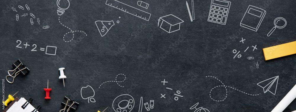 Powrót do edukacji szkolnej transparent tło <span>plik: #243227135 | autor: Atstock Productions</span>
