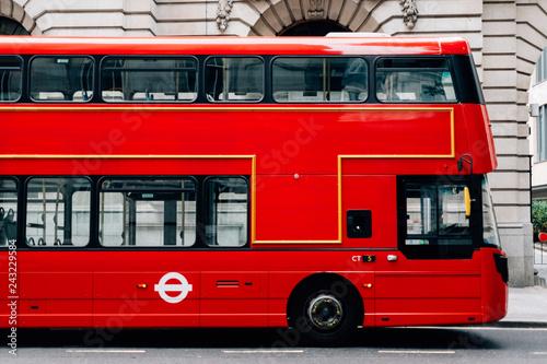 Red double decker bus in London Fototapet