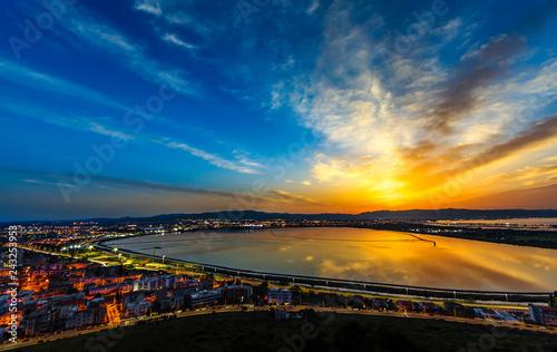 Fototapeta premium Panorama nad stawem Molentargius przed wschodem słońca