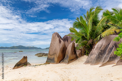 Fototapeta premium Egzotyczna plaża na Seszelach, Anse Źródło Silver, wyspa La Digue.