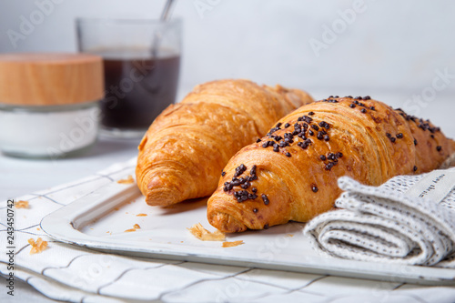 Fotografia fresh croissant and coffee