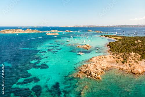 Fototapeta premium Drone widok z lotu ptaka Razzoli, Santa Maria i Budelli wyspy w archipelagu Maddalena, Sardynia, Włochy. Archipelag Maddalena to grupa wysp między Korsyką a północno-wschodnią Sardynią.