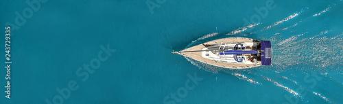 Piękne zdjęcie jachtu z góry na otwartym morzu.
