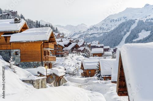 France, Savoie : Les chalets de Meribel sous la neige.