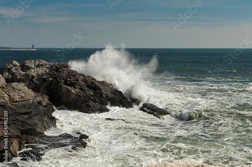 Fototapeta premium Crashing Wave Z Ram Island Ledge Light Station w odległości