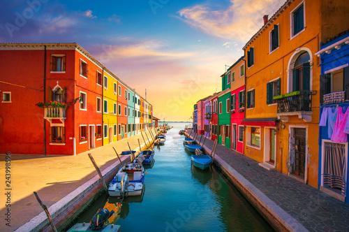 Photo Venice landmark, Burano island canal, colorful houses and boats, Italy