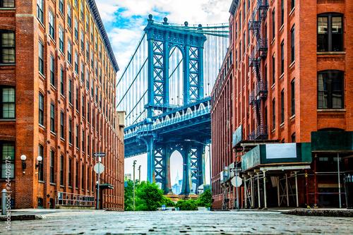 Fotografía Manhattan Bridge between Manhattan and Brooklyn over East River seen from a narr