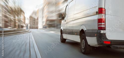 Transporter fährt in der Stadt als Panorama
