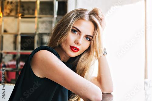 Fotografia Closeup portrait beautiful woman leaning on table in cafeteria