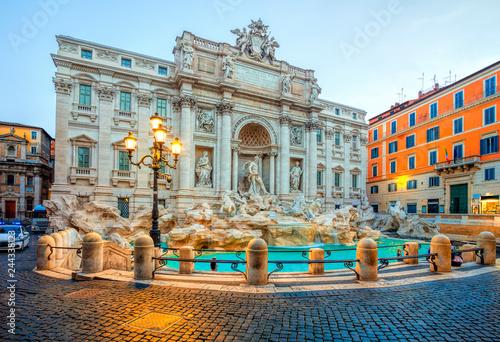 Fototapeta premium Fontanna di Trevi w świetle poranka w Rzymie, Włochy. Trevi to najsłynniejsza fontanna Rzymu. Architektura i symbol Rzymu.