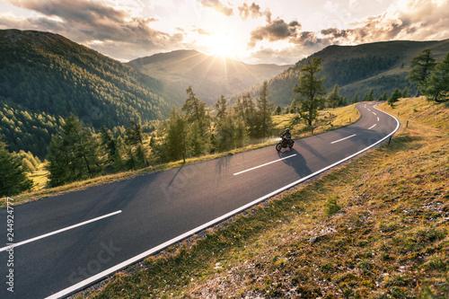 Fototapeta premium Kierowca motocykla jedzie w alpejską drogę
