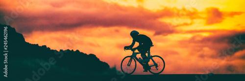 Drogowego roweru triathlon biegowy cyklista na ścigać się roweru jechać na rowerze rywalizację przy zmierzchu tła nieba sztandaru panoramą.