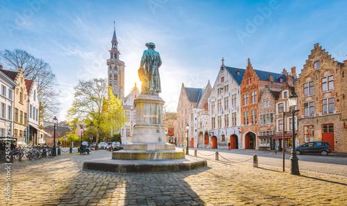 Fototapeta premium Plac Jana van Eycka o zachodzie słońca, Brugia, region Flandria, Belgia