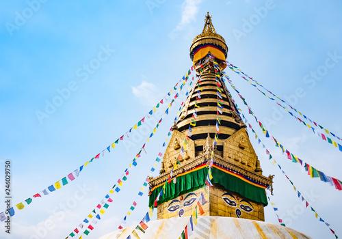Photo Kathesimbhu Stupa with Buddha eyes and prayer colorful flags in Kathmandu, Nepal