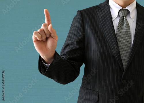 手でポーズするビジネスマン