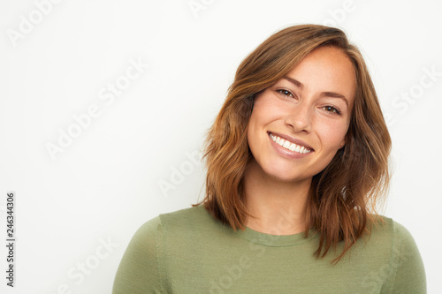Foto portrait of a young happy woman smiling on white background