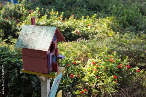 Fotomural Bird house in a park.