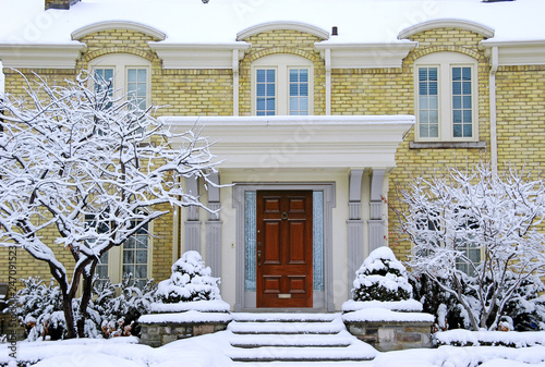 Photo brick house with snow covered steps