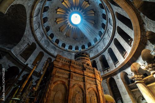 Fotografia Inside the Church of the Holy Sepulchre in Jerusalem.