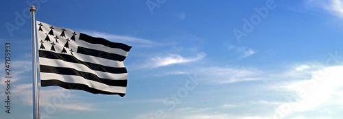 Fotografia Drapeau du Bretagne se levant dans le vent avec le ciel en arrière-plan