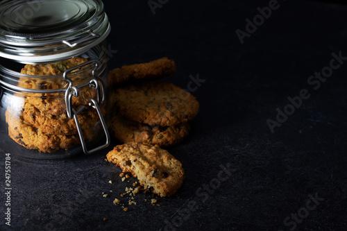 Canvastavla Cookies in glass jar on dark background