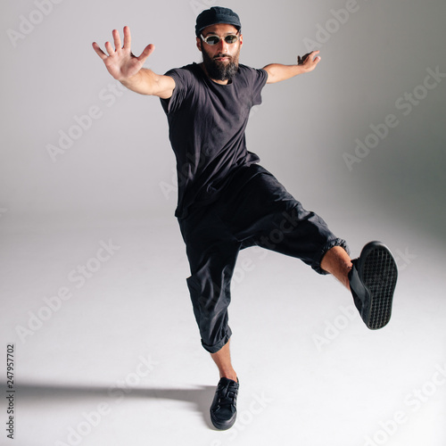 Canvas Print Hip hop dancer moving and jumping in photostudio