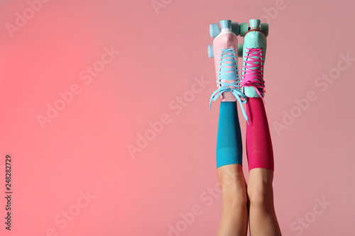 Carta da parati Woman with vintage roller skates on color background, closeup