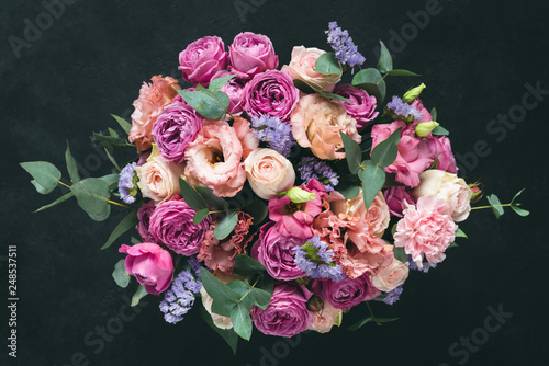 Foto Beautiful bouquet of pink purple peonies, roses and eucalyptus isolated on black background