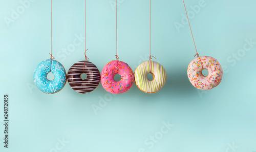 Canvastavla Newton's cradle from doughnuts