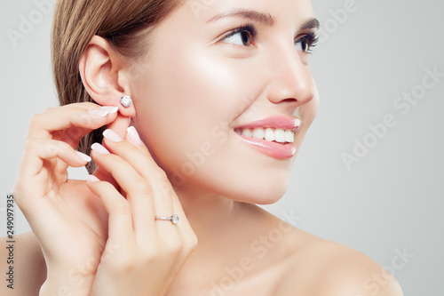 Canvastavla Beautiful bride in puts on diamond earring