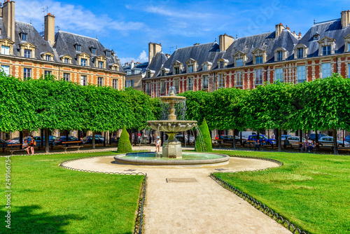 Fényképezés Place des Vosges (Place Royale) is the oldest planned square in Paris and one of the finest in the city
