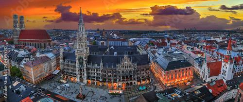 Fototapeta premium panoramiczny pejzaż monachium z kościołem Frauenkirche i placem Marienplatz. Stolica Bawarii ze słynnymi zabytkami.