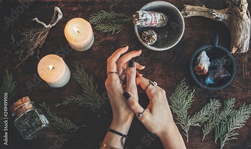 Fotografia Witches hands on a table ready for spell work