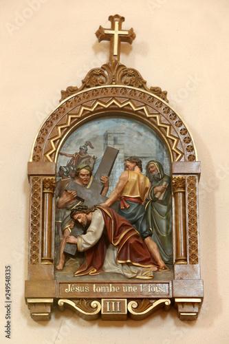 Photo Jésus-Christ tombe pour la première fois sous le poids de la croix
