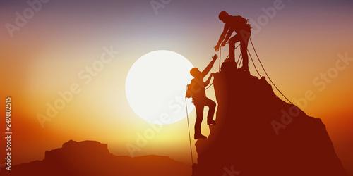 Leinwand Poster Concept de la solidarité, avec deux alpinistes qui se tendent la main en arrivan