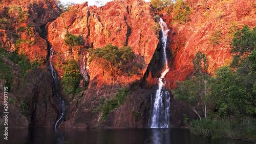 Foto setting sun turns the cliffs at wangi waterfalls in litchfield national park a b