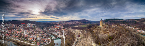 Foto Aerial panoramic View of Tsarevets fortress over Veliko Tarnovo in Bulgaria - Im