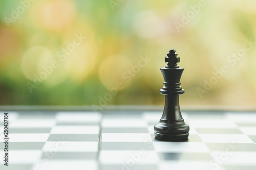 Fotografia chessboard with a chess piece on the back Negotiating in business