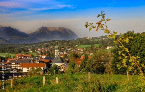 Stampa su Tela bavarian village with mountain background