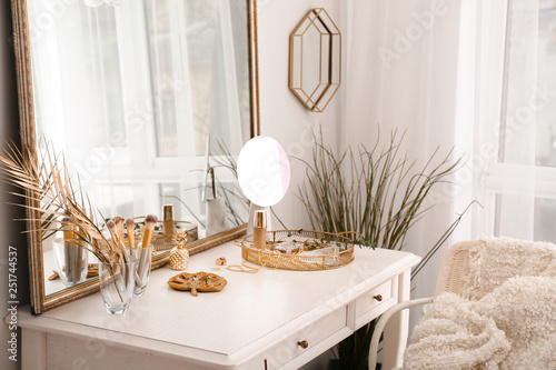 Foto Interior of room with decorative golden elements