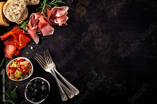 Fotografia Italian antipasti with mediterranean olives, parma ham