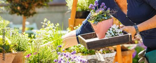 Obraz na plátne Gartenarbeit und blumen Verkauf