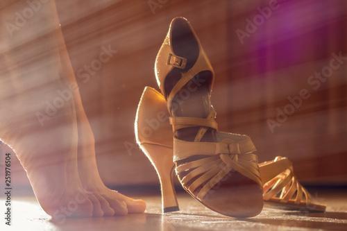 Carta da parati Female legs and shoes for ballroom dancing close-ups
