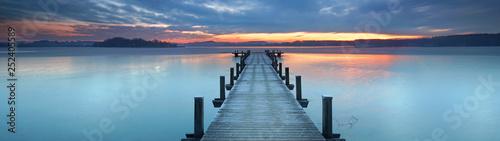 Canvas Print magisches Licht am alten Holzsteg am See