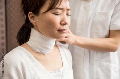 Obraz na płótnie 首に包帯を巻く女性