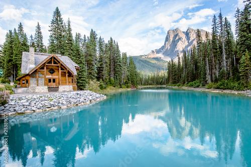 Fotografia Cabin at Emerald Lake in Canada