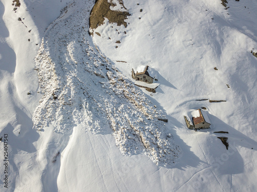 Billede på lærred Aerial view of snow avalanche on mountain slope