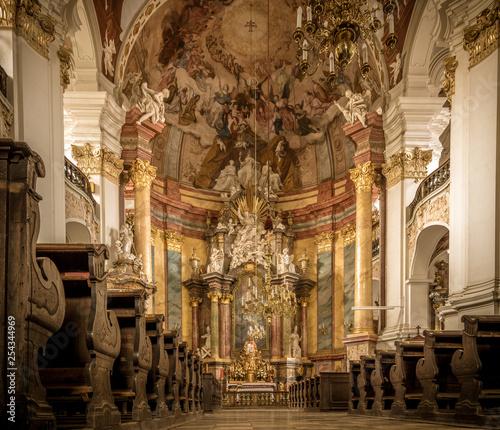 ołtarz główny kościoła barokowego w Nysie (Polska)