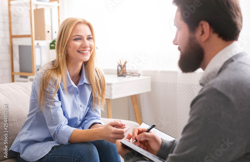 Tableau sur Toile Smiling woman during consultation with life coach