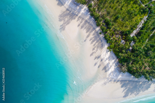 Canvas Print Amazing island with sand beach green tree forest aerial view